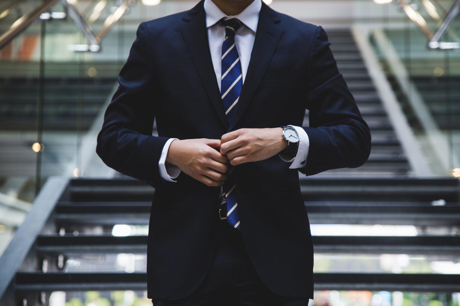 老板会聘请专业的咨询顾问,为他们出谋划策,提供意见。但是,有些经营顾问过去经营的经验与我们的行业不一样;顾问提出的意见,一般上老板只是作为参考而已。最后,现代流行的顾问模式是教练式的顾问,西方应用了Coaching, Mentoring和Facilitator 这些观念